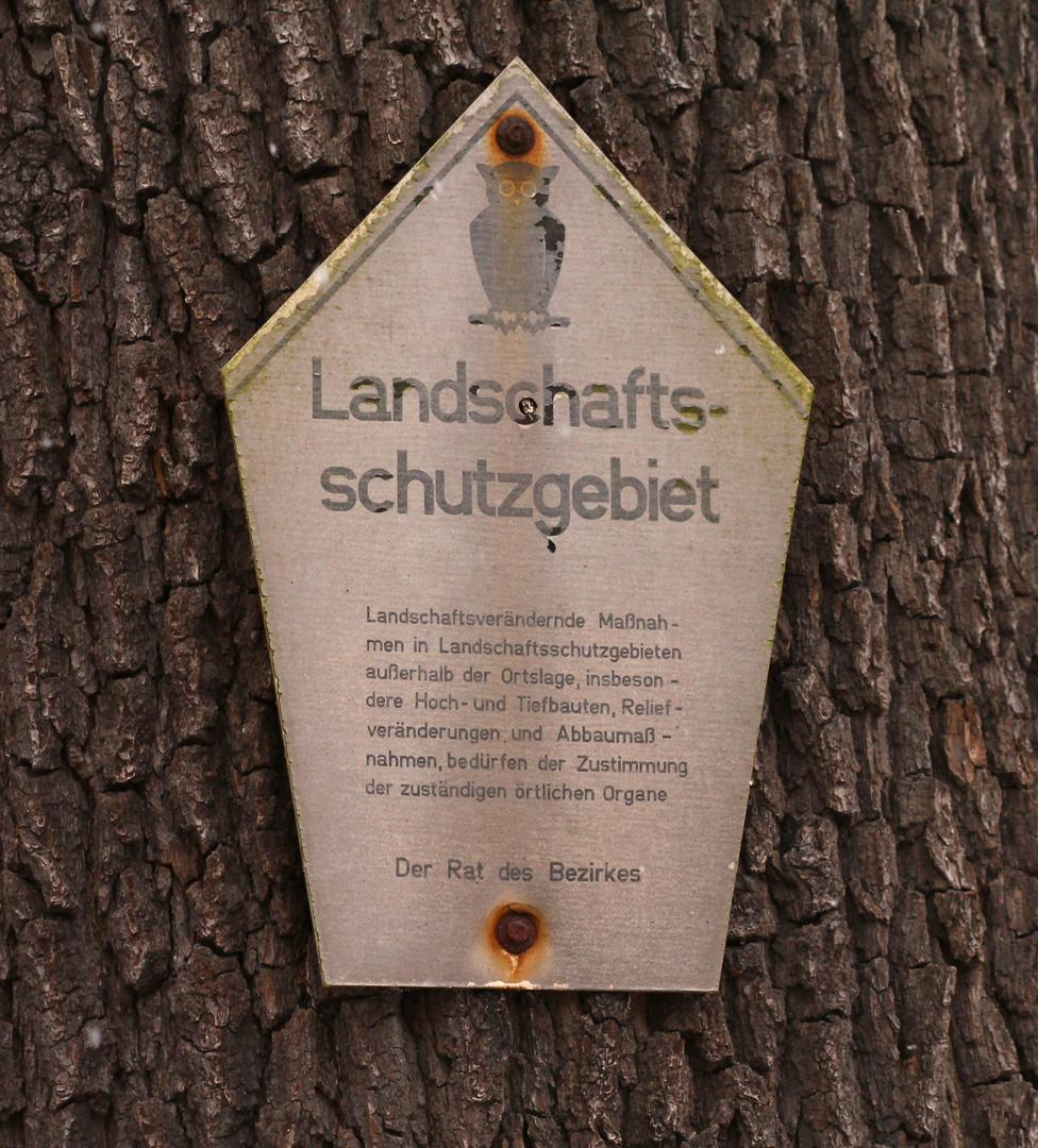 Und hier noch das alte Landschaftsschutzgebietsschild* der DDR