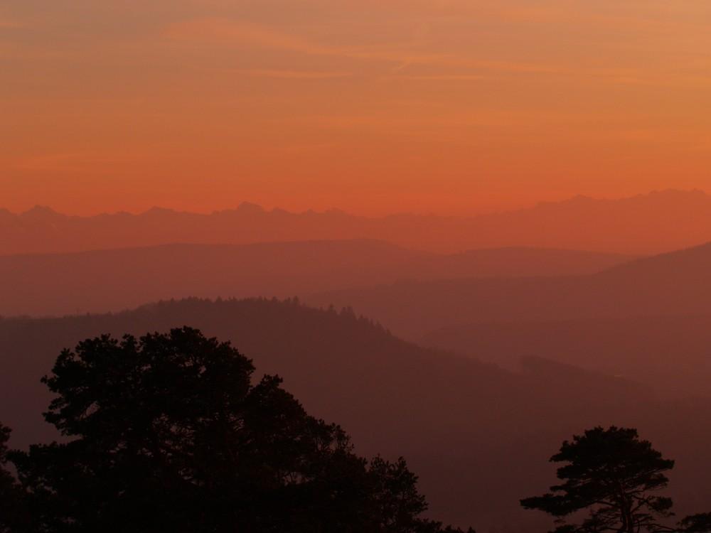 und hinter den Bergen bei den .................