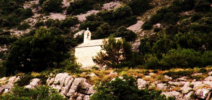 und mitten am Berg in der Natur eine ganz alte kleine Kapelle