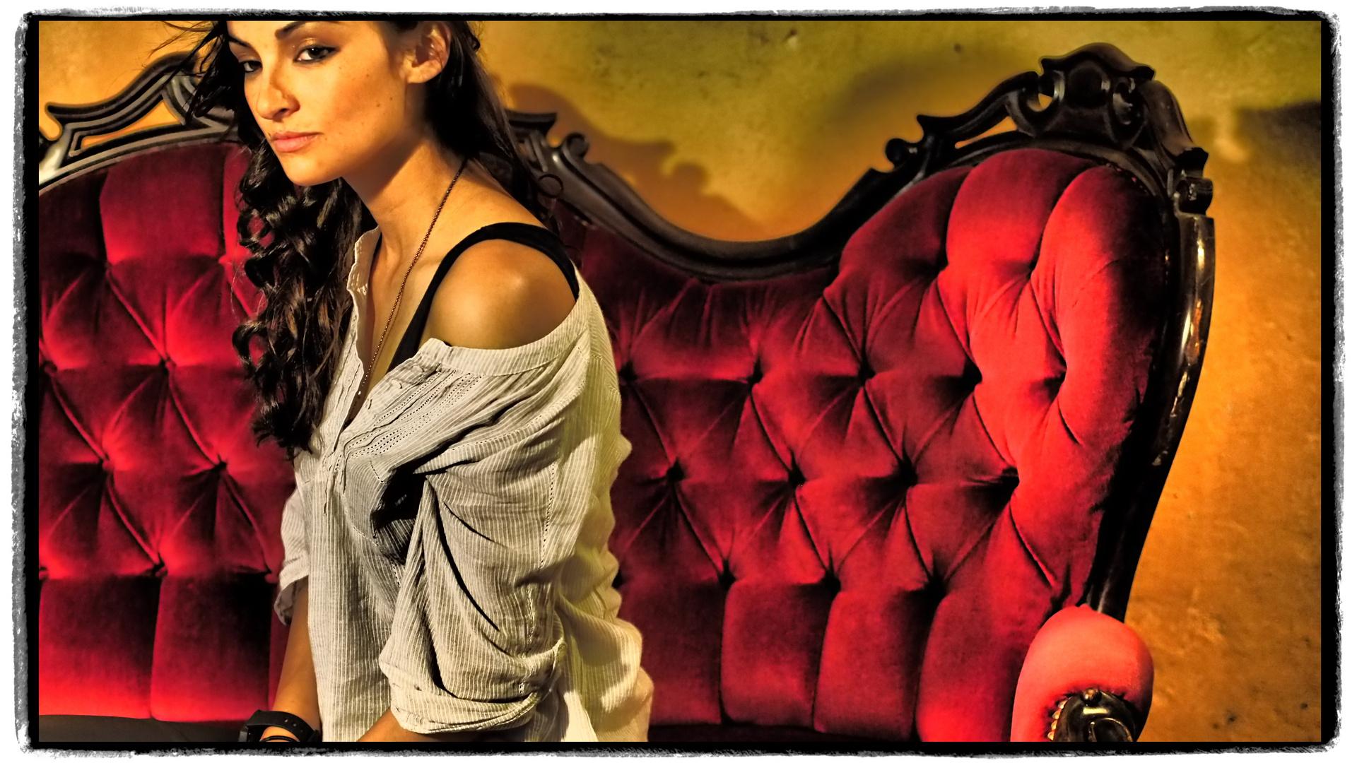 Und nochmal: Sarah auf dem roten Sofa