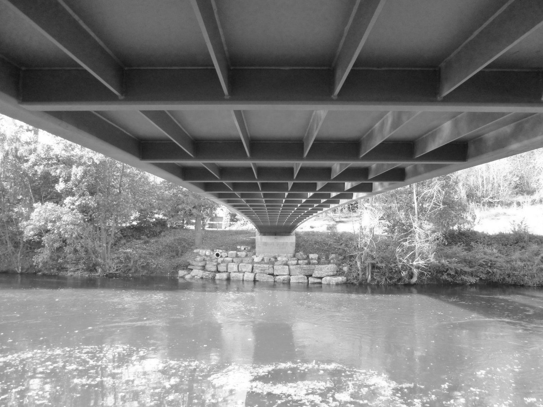 Under the bridge schwarz-weiss