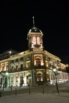Underberggebäude am Winterabend
