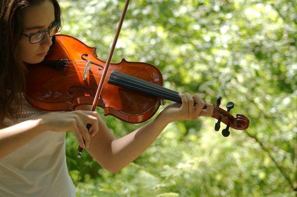 Une ado en violoncelliste