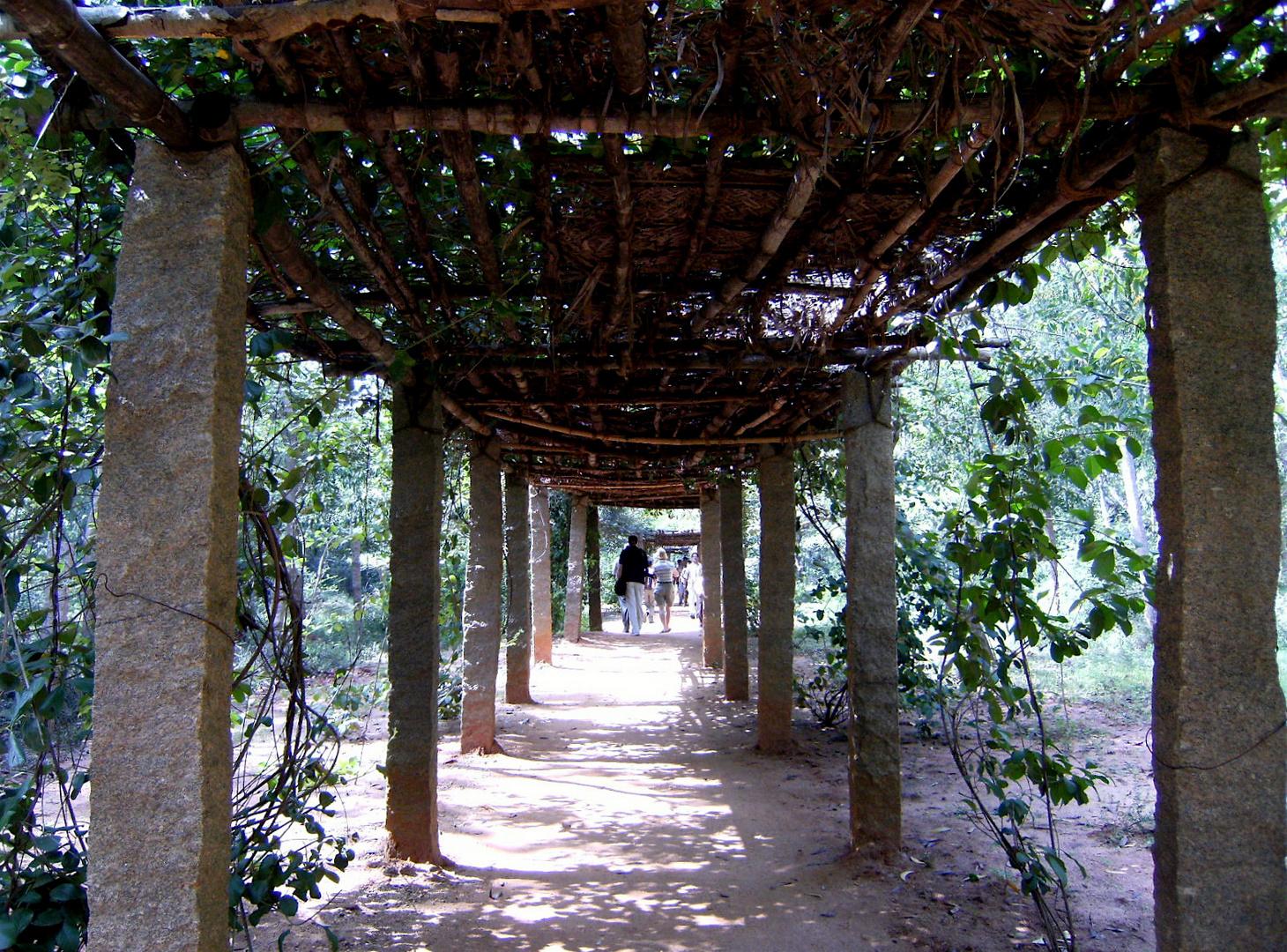 Une allée couverte , Auroville