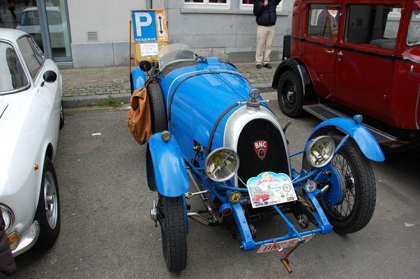Une ancienne voiture de course