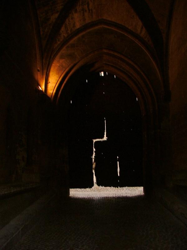 Une des portes du Palais des Papes à Avignon