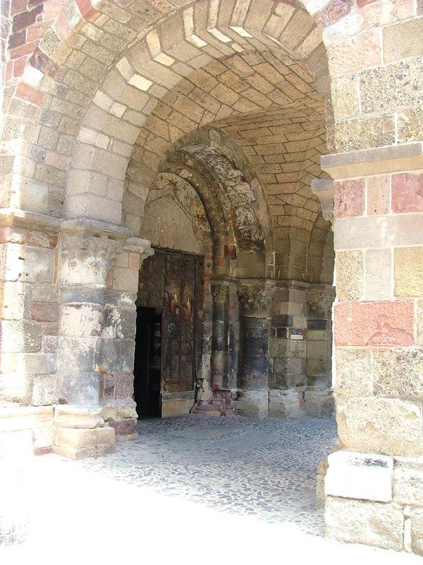Une entrée de la Basilique Saint Julien (1060-1180) de Brioude 43101