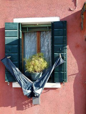 Une fenêtre et un jean.