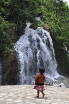 Une H'mong devant une cascade