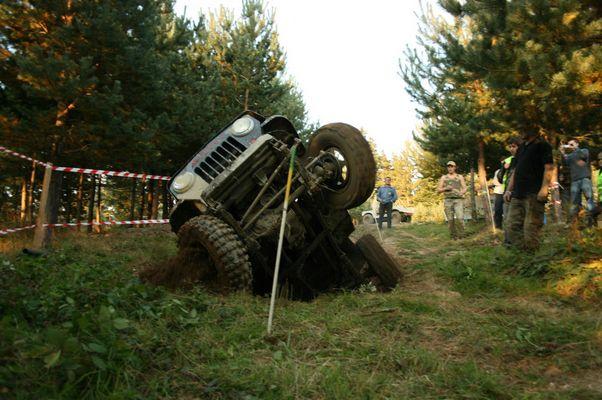 une jeep qui leve la p............heu la roue