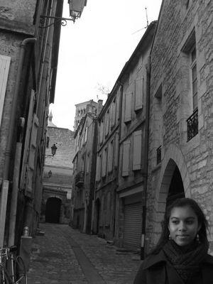 Une jeune fille dans la ville