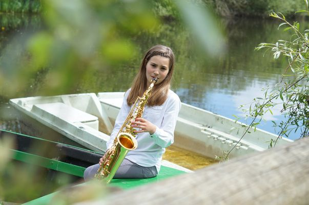 Une jeune fille et son saxo
