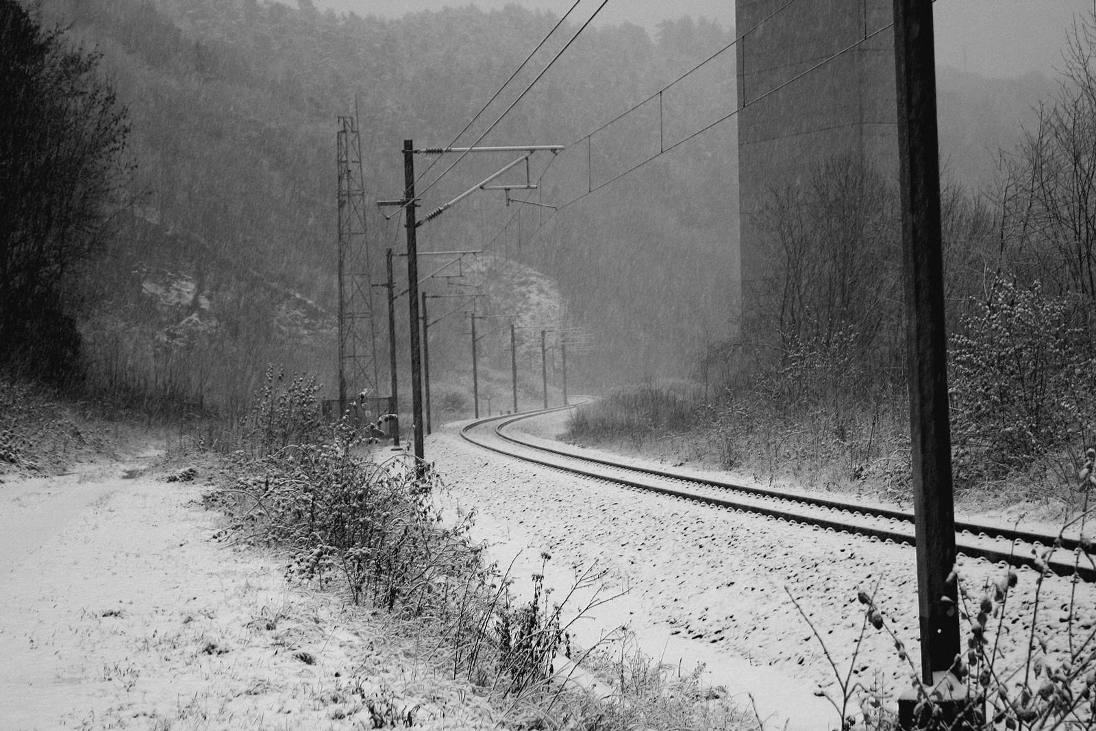 une ligne de chemin de fer en pleine hiver
