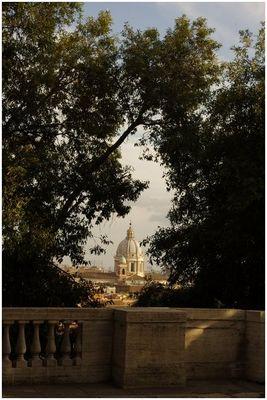 Une lucarne sur les toits de Rome