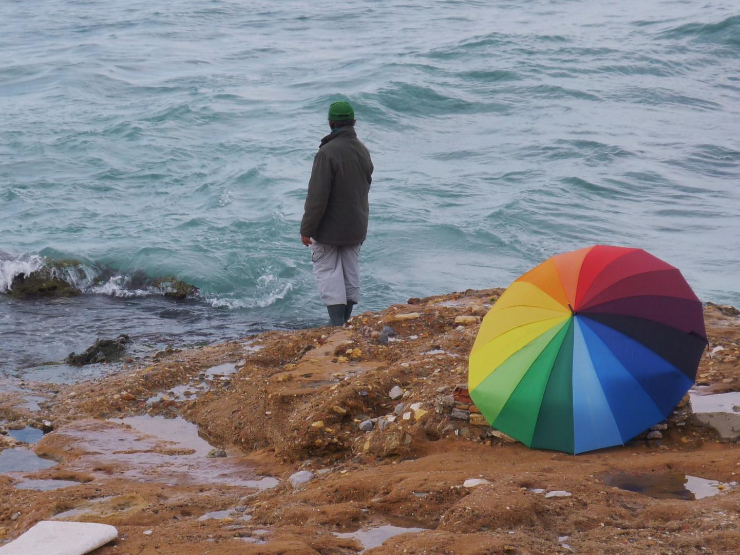 Une parasol pour le soleil sous un ciel gris