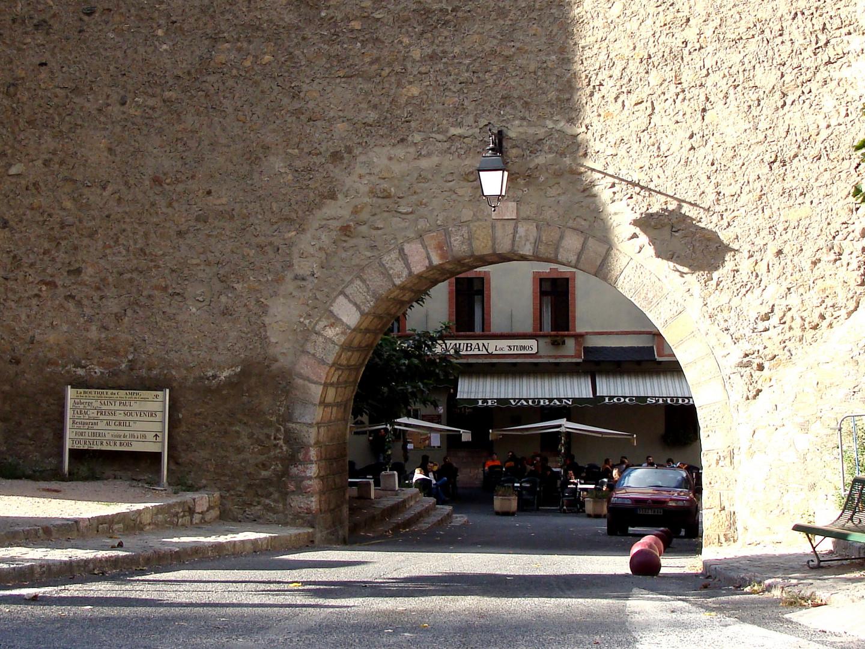 Une petite ville avec le nom: VILLEFRANCHE-de-CONFLENT..01
