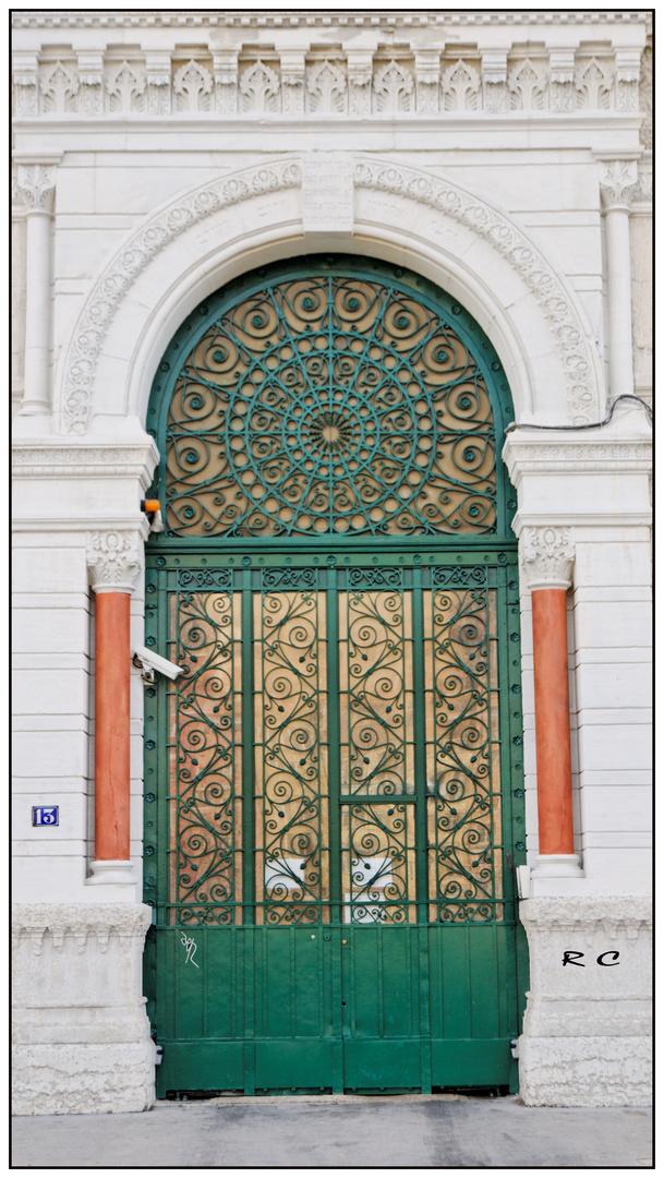 Une porte d'entrée d'immeuble bourgois