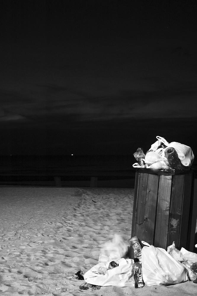 une poubelle pres de la mer