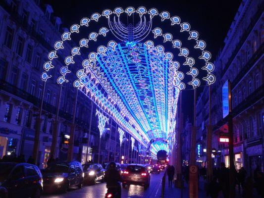 une rue illuminée à Lille