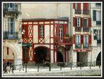 Une rue sur les bords de la Nive à Bayonne