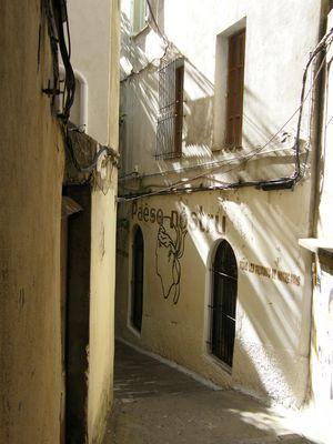 une ruelle d ajaccio qui mene à un restaurant caché entre deux immeubles