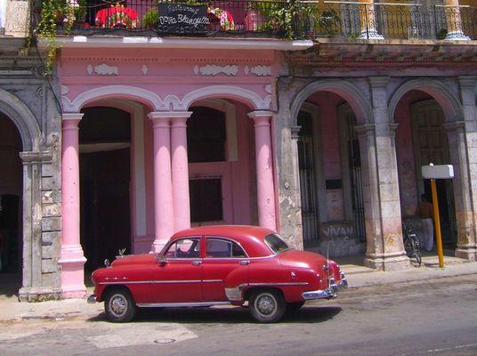 Une vieille Américaine dans les rues de La Havane