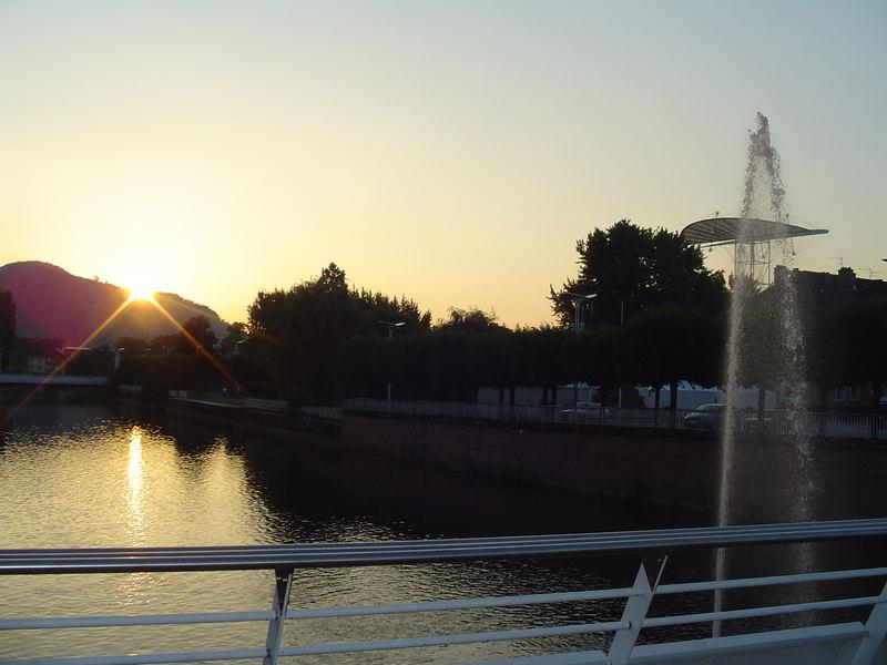 une ville au soleil couchant