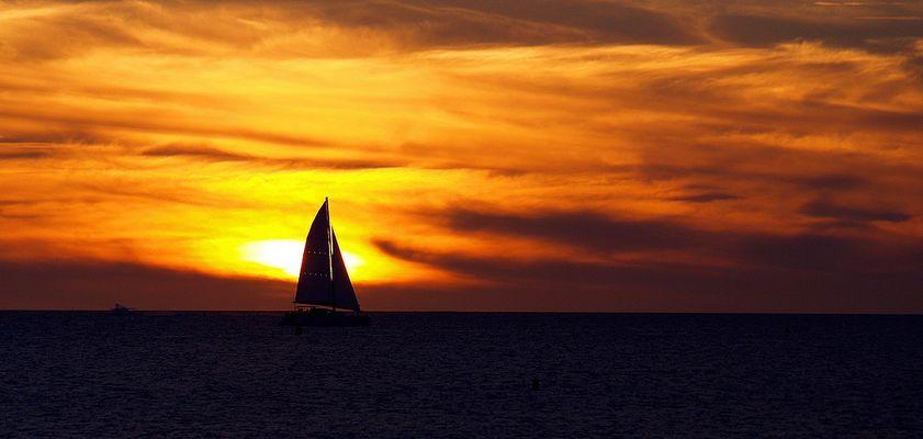 Une voile au coucher du soleil  --  Nouméa  --  Ein Segel beim Sonnenuntergang