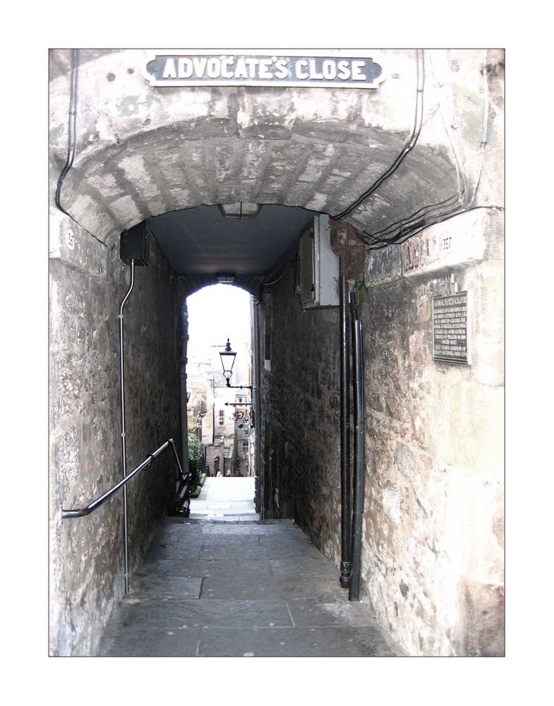 unerwartete Seitengasse der Royal Mile in Edingburgh
