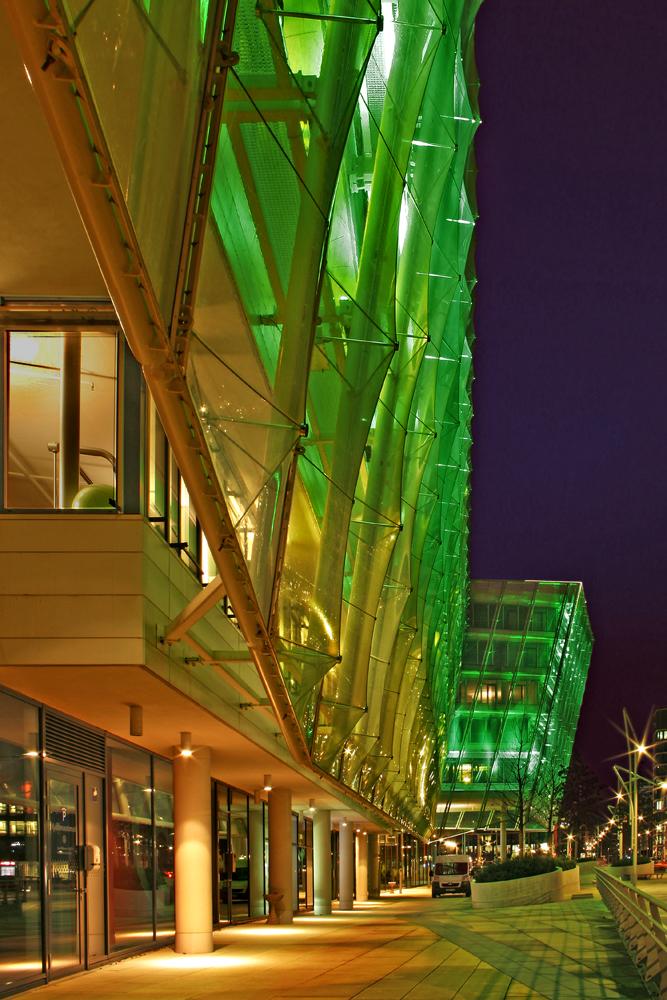 Unilever-Gebäude in der Hafencity in grün getaucht