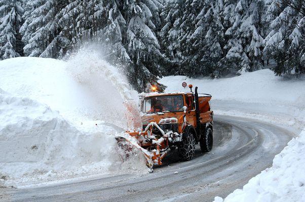 Unimog- - Schneefräse im Einsatz