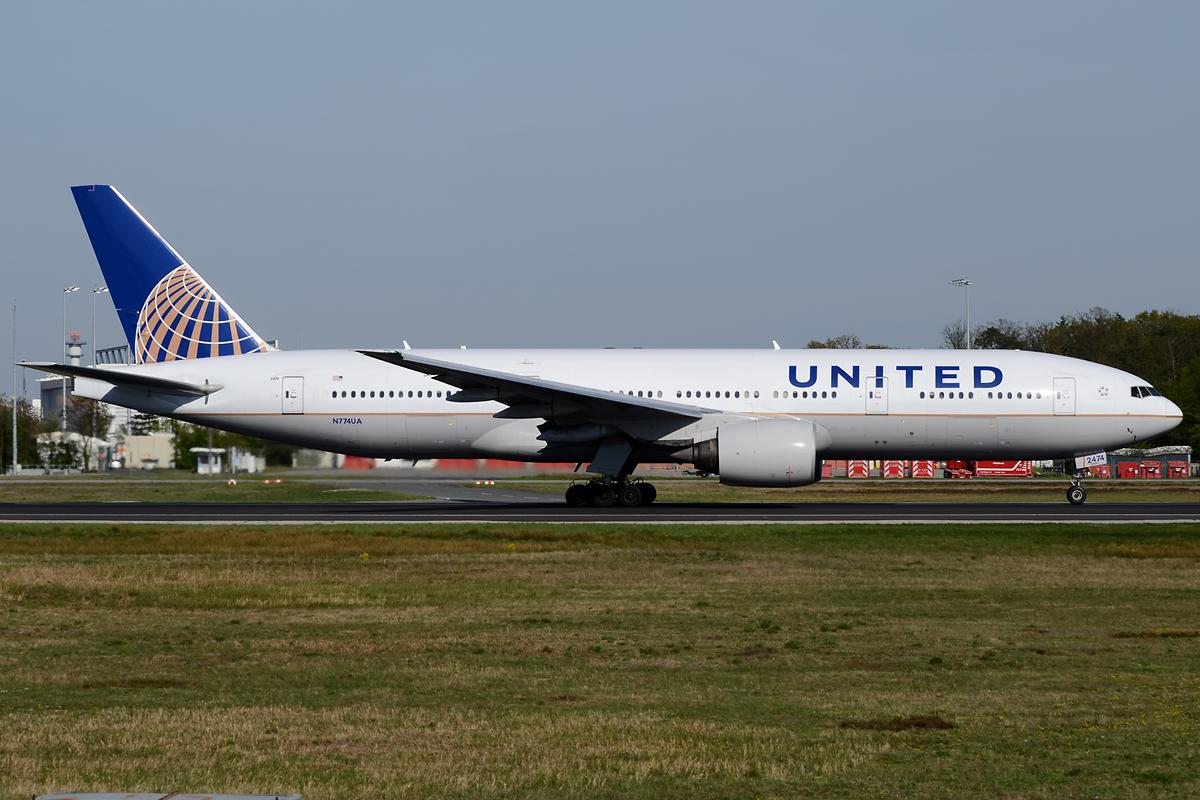 United Boeing 777 auf der Startbahn West in Frankfurt