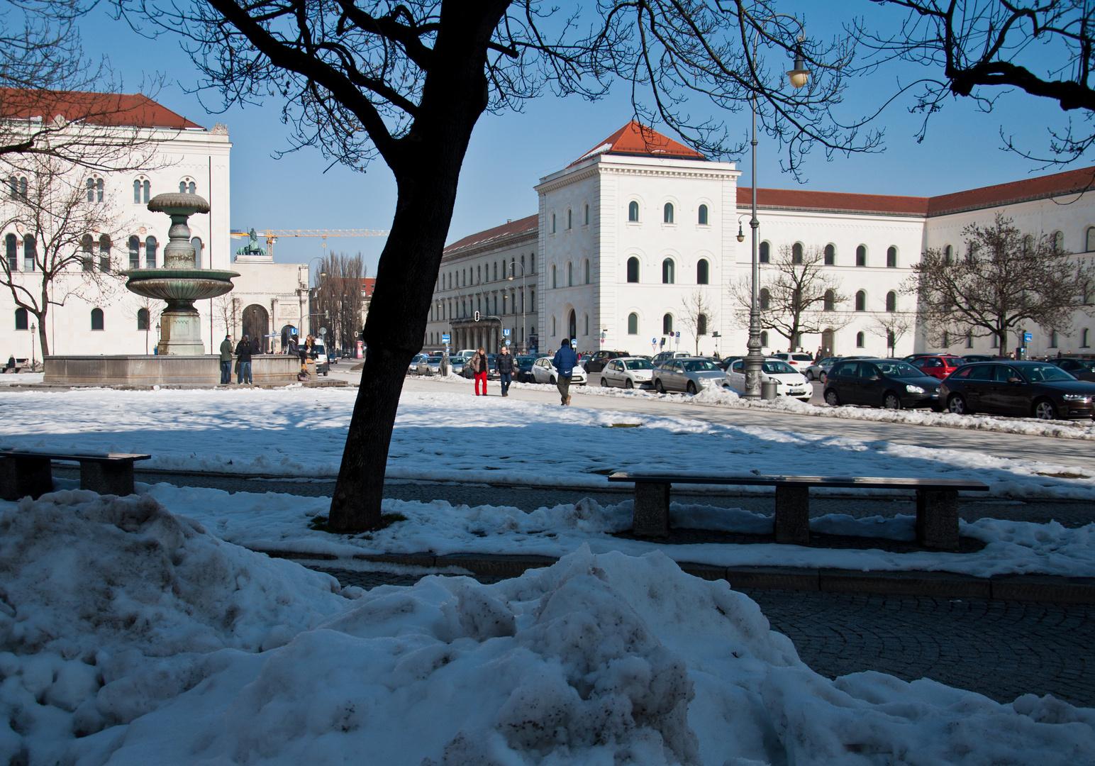 Universitätsgebäude am Geschwister-Scholl-Platz