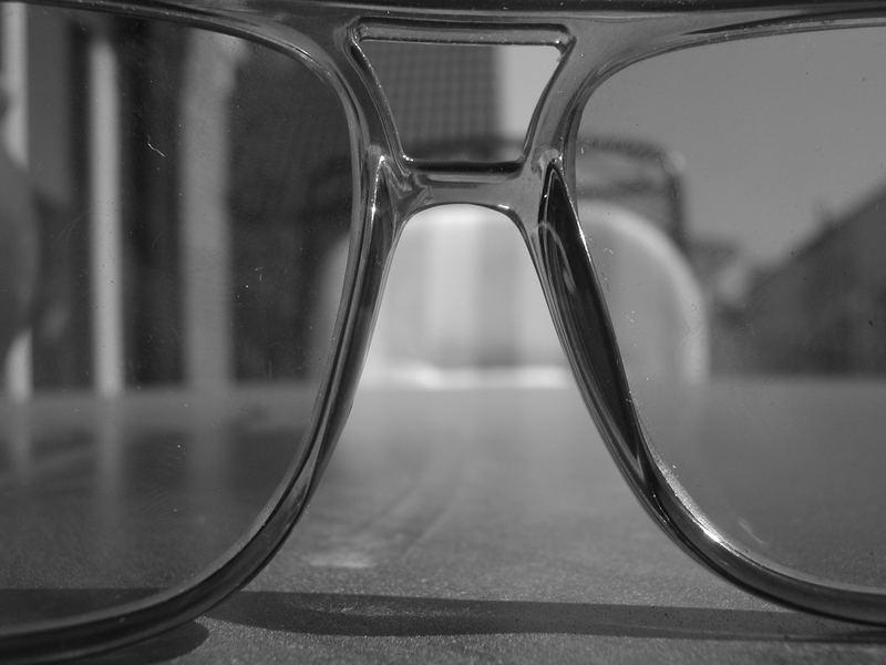 Unscharfer Blick durch die Sonnenbrille