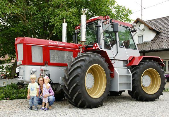 unser kleiner Rasenmäher Traktor