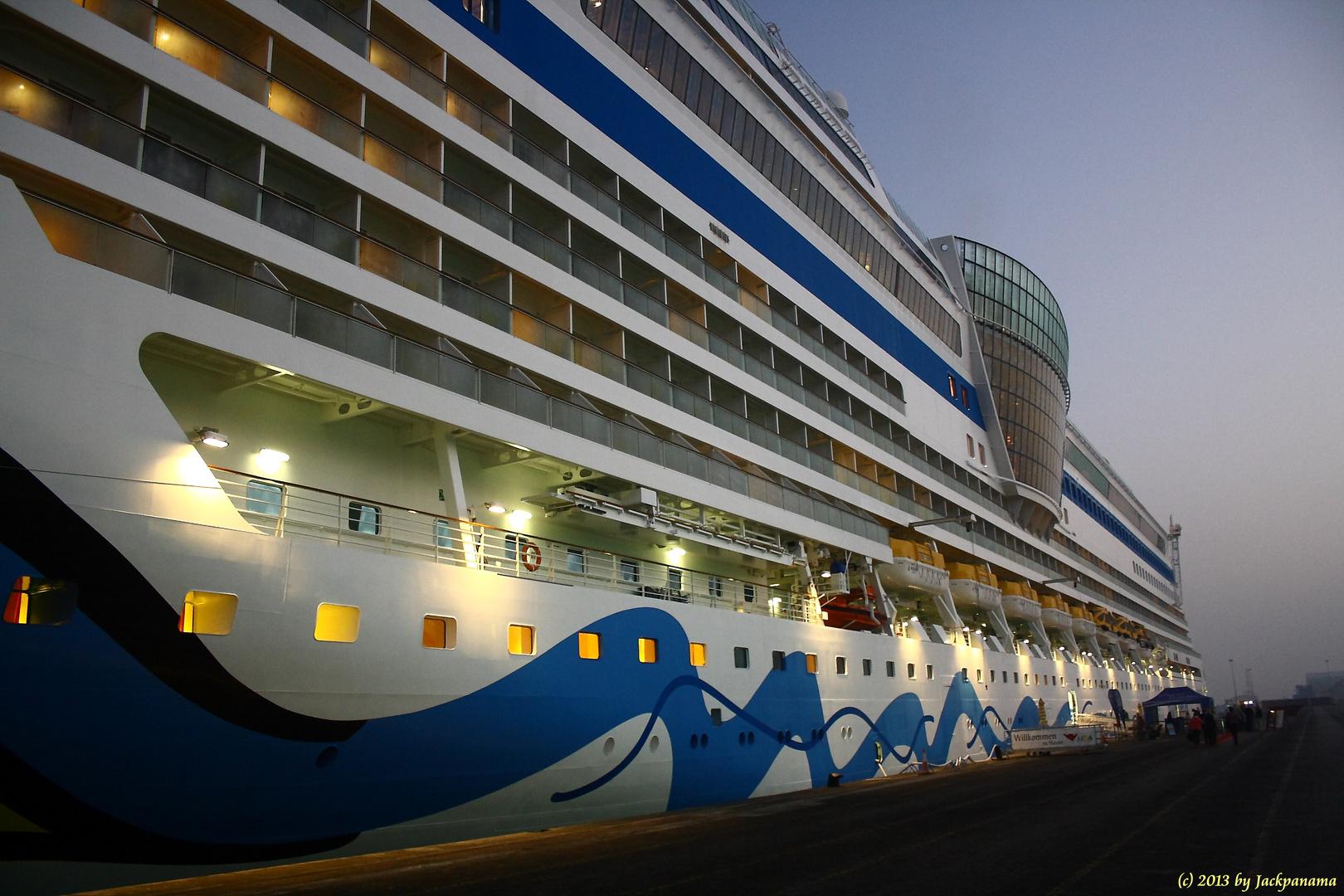 Unser Schiff, die AIDAblu im Hafen von Dubai