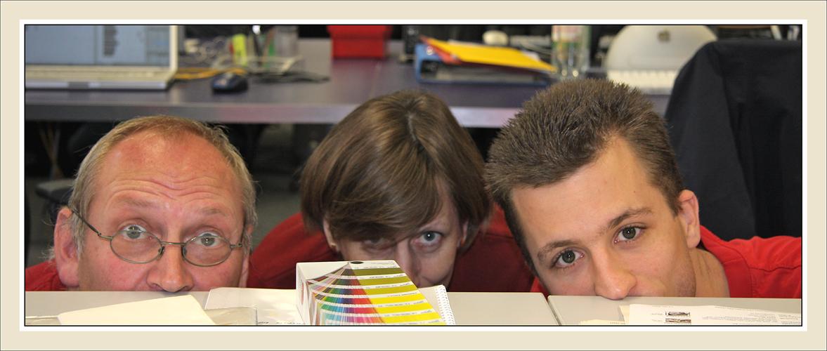 unsere Abteilung Grafik: Nasenspitzentraining am Arbeitsplatz ... ;-)