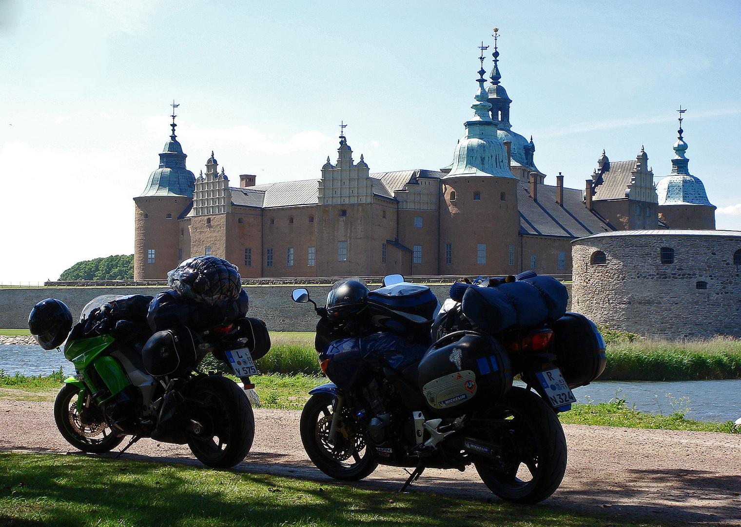Unsere Bikes am Schloß von Kalmar