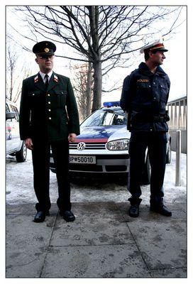 Unsere neuen Uniformen und Autos