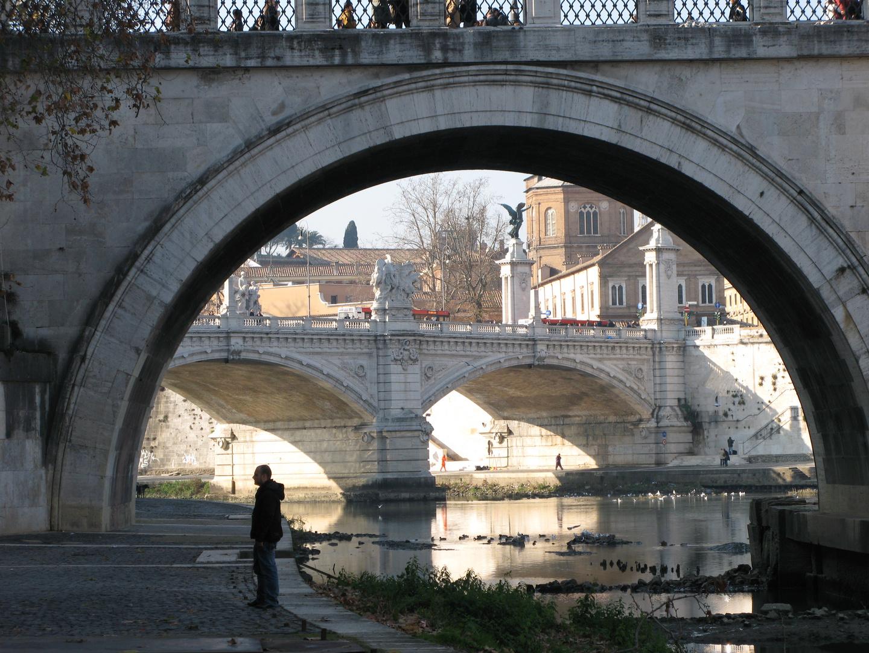 Unter den Brücken von Rom