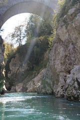unter der Napoleonbrücke - Soca ein Erlebnis für Paddler