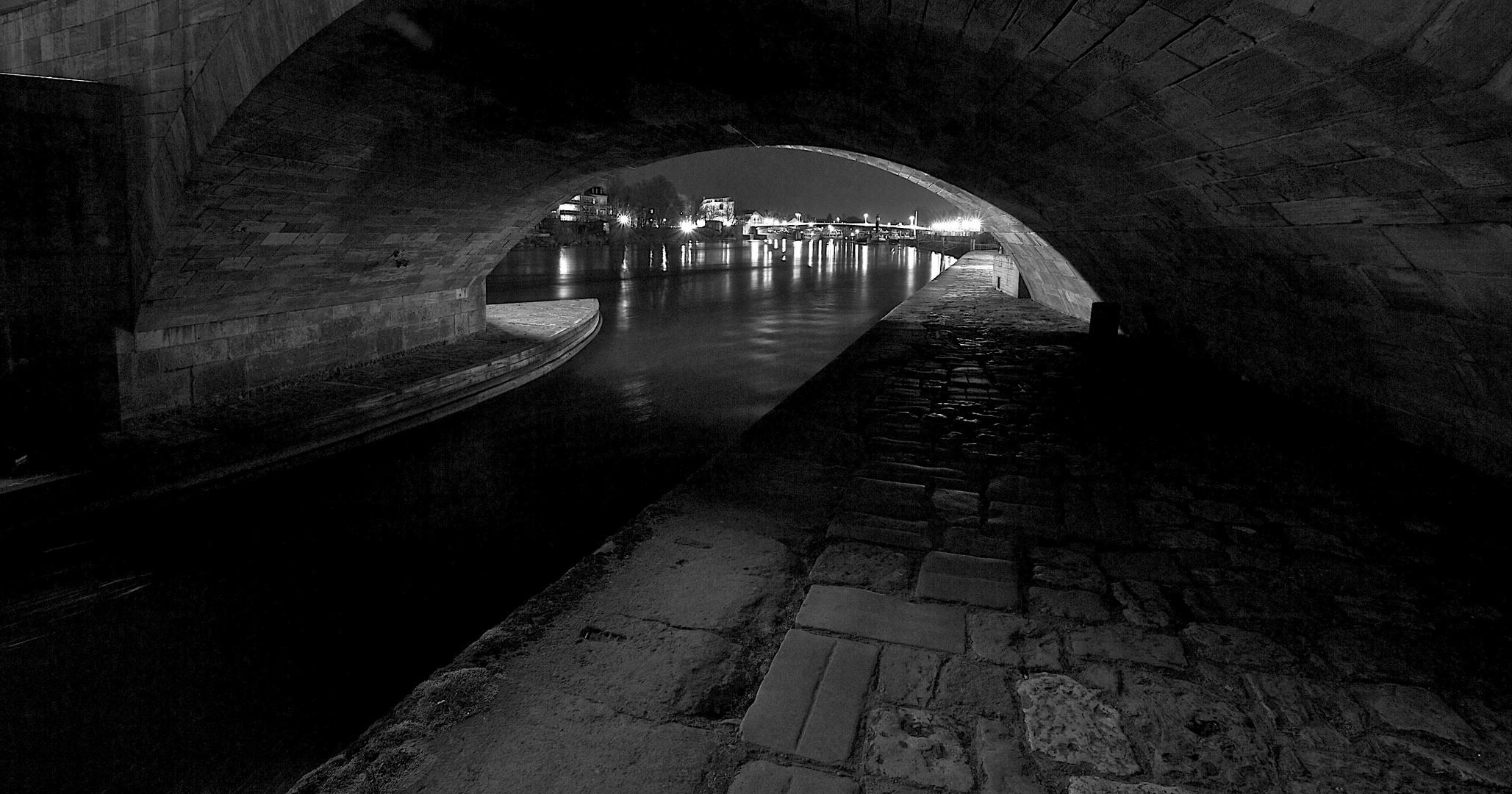...unter dunklen Brücken.