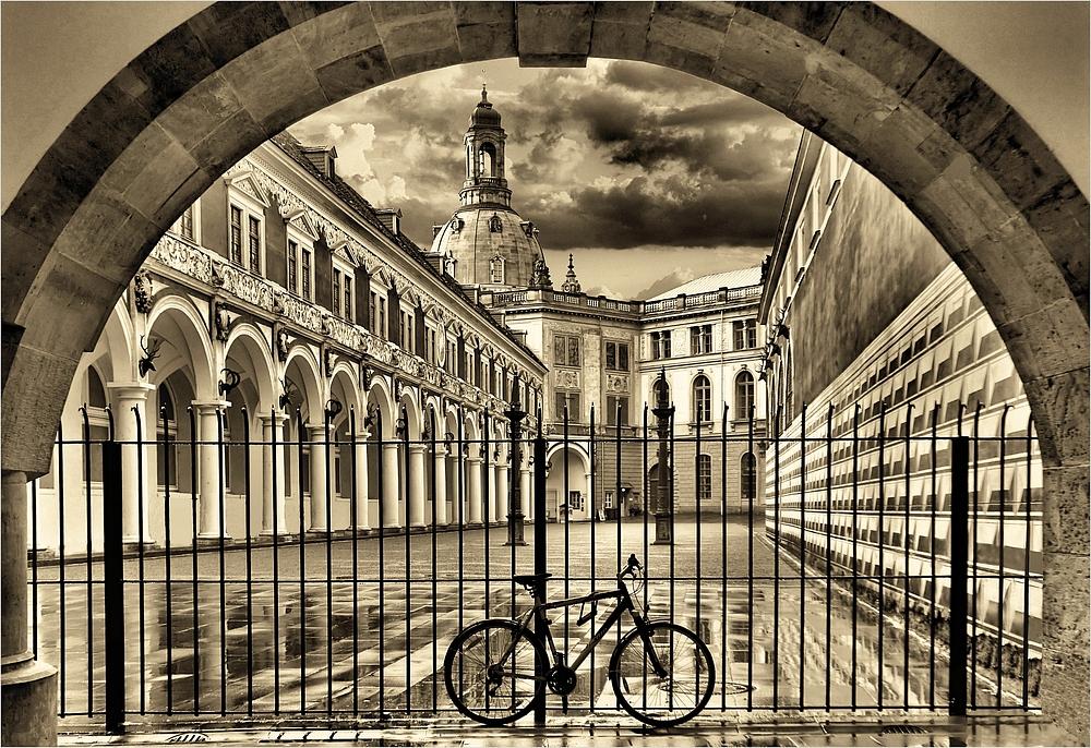Unter einem Bogen-die Frauenkirche und ein Fahrrad. Under an arc- the Frauenkirche and a bike
