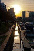 Untergehende Sonne im Hafen
