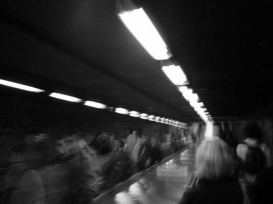 unterirdische Rolltreppe in der Pariser Metro - Feierabendbetrieb