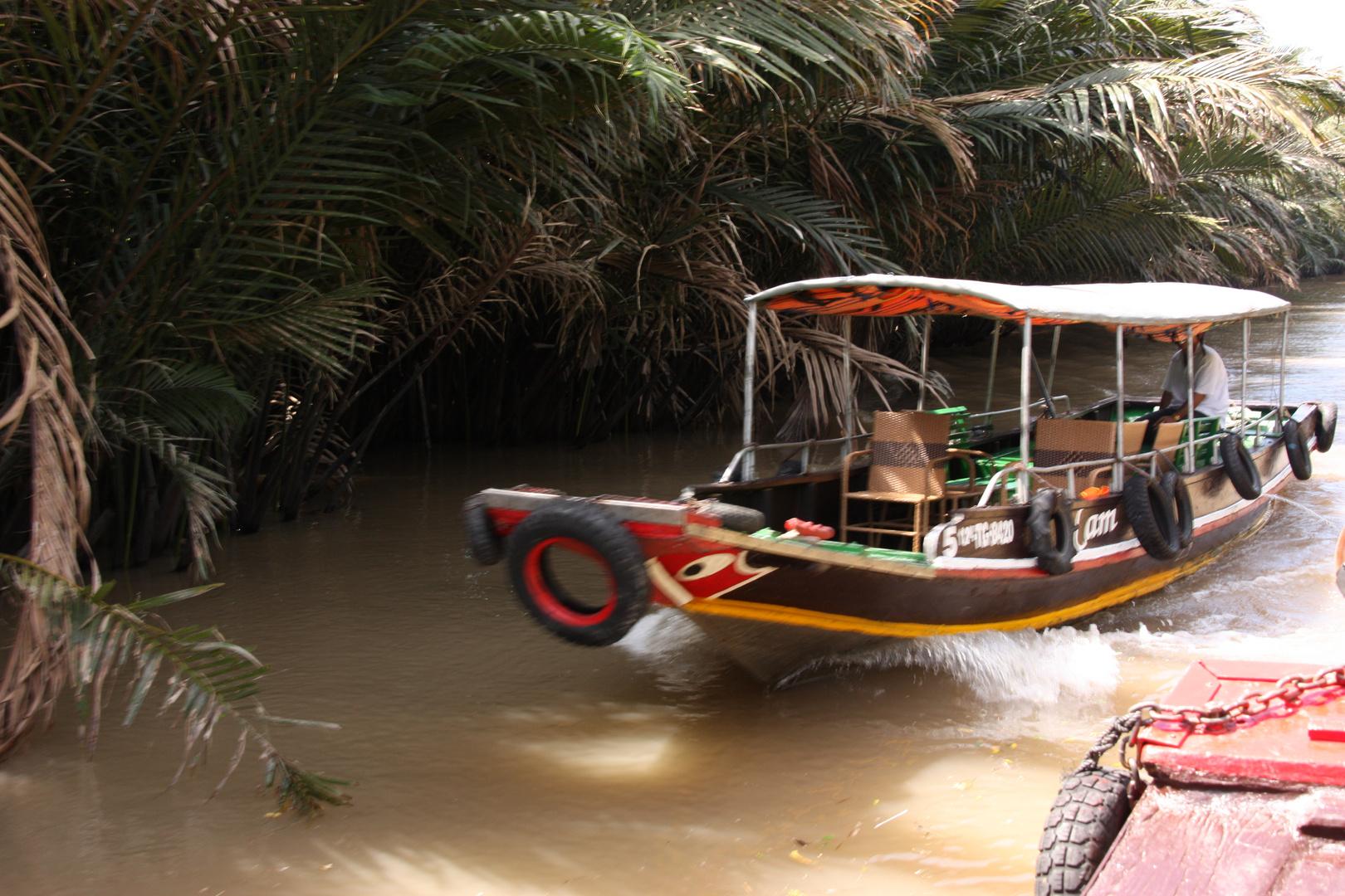 Unterwegs auf den kleinen Flüssen auf einer Insel im Mekong Delta