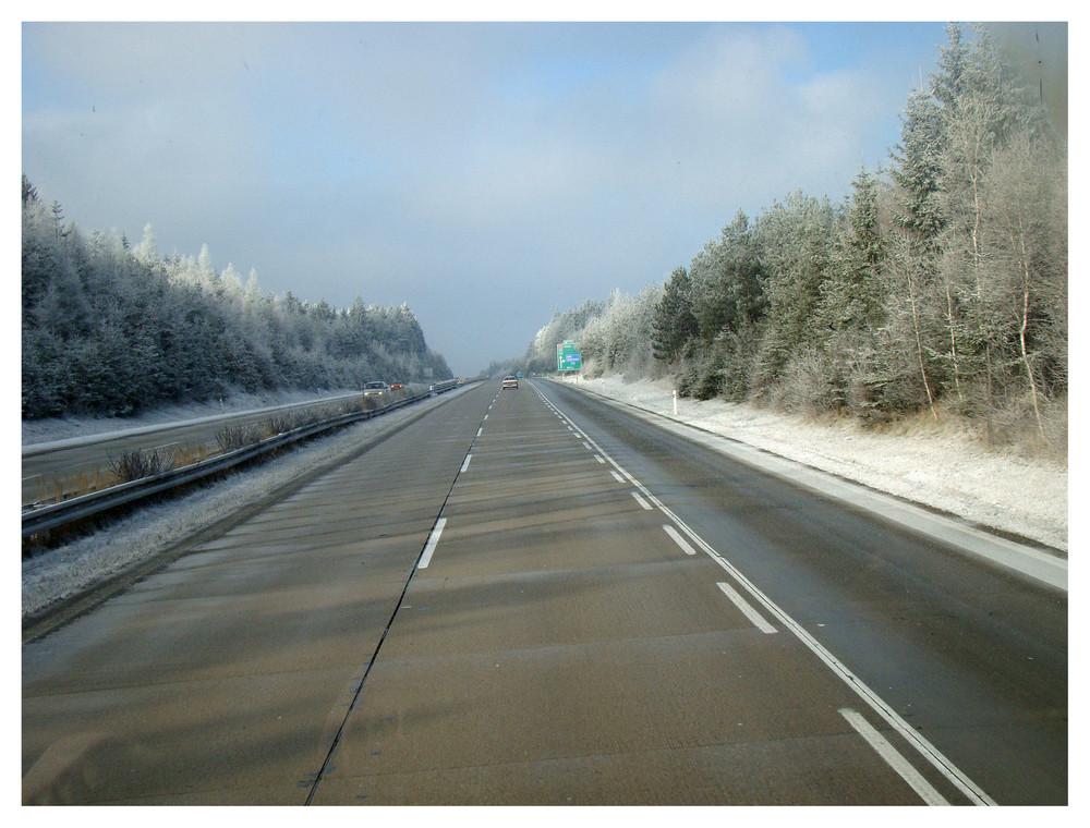 Unterwegs auf der autobahn - das wetter wird schöner, jedoch die kälte bleibt