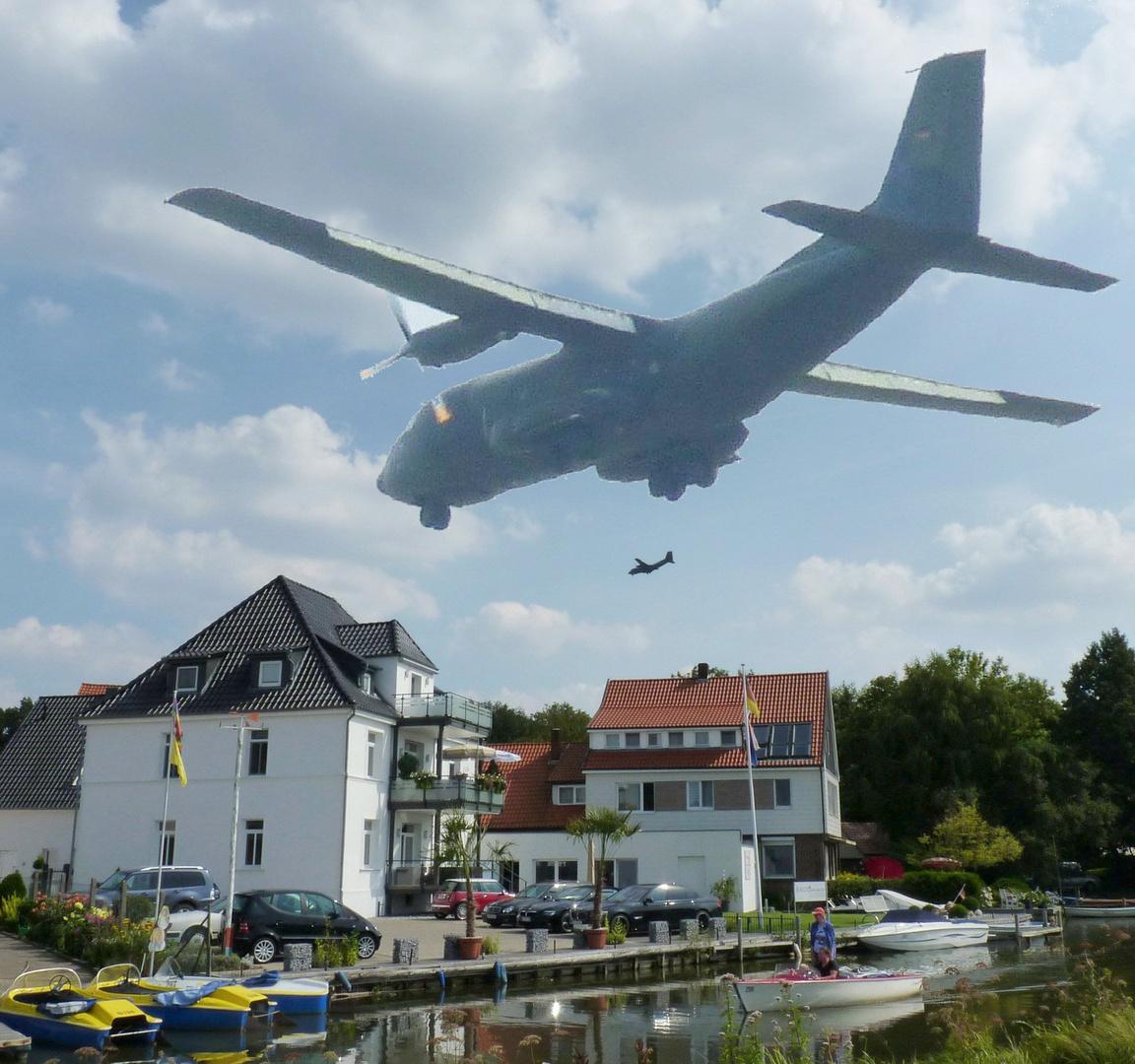Unterwegs in Steinhude am Meer an der Promenade ( Foto Montage zeigt eine Bundeswehr Transall )