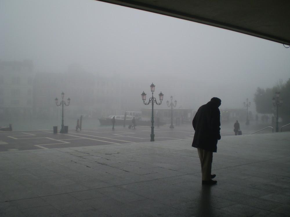 uomo nella nebbia di venezia
