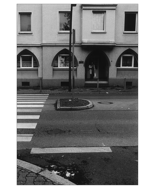urban: Straße und Wohnhaus